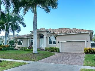 Perfectly located waterfront house w/ heated pool & short walk to beach, Marco Island