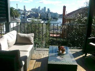 DARLING POINT LARGE RENOVATED F/F 3BED APT HARBOUR VIEWS GREAT ENTERTAINER.