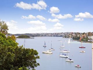 VIEWS, VIEWS, VIEWS. 1 BED F/F APT WITH PARKING IN POTTS POINT GREAT LOCATION