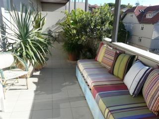 BONDI BEACH. 2BED 1BATH F/F APT ONE BLOCK FROM BEACH. HUGE BALCONY, PARKING.