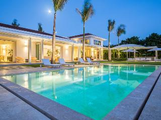 Modern Villa Great for Families, Huge Swimming Pool, Full Staff Incl. Cook, AC,