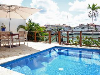 Bright Townhouse in the Marina, Short Walk to Shops, Restos, Free WIFI