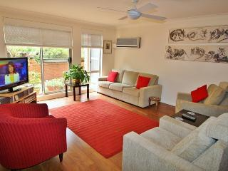 CHATSWOOD AREA 3BR 2BATH NEAR STATIONS F/F GARDEN SETTING GARAGE QUIET., Chatswood