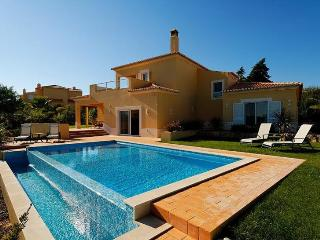 3 bedroom Villa in Carvoeiro, Algarve, Portugal : ref 2022355, Estombar