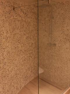 Badkamer met inloopdouche.