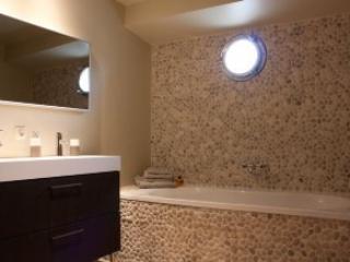 Badkamer met bad.