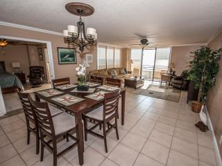 Spacious Oceanfront Living and Dining!