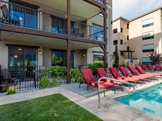 Luxury condo w/ amazing lake & mountain views, shared pool, Manson