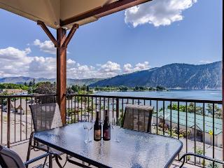 Modern condo w/ lake view, shared pool & hot tub - nearby beach access!, Manson