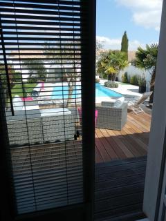 Vue de la chambre Moka sur terrasse et piscine