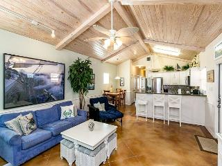 'Sail Away' - A Costal Port A Condo 3 Blocks from the Beach!