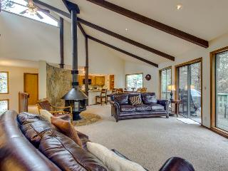 Large and lovely dog-friendly home w/ private hot tub & game room, Sunriver