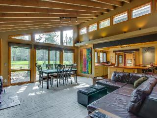 Beautiful home w/ golf course view, hot tub, SHARC passes!