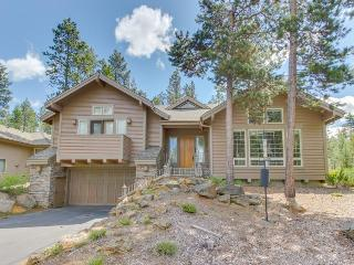 Gorgeous cabin-style home w/private hot tub, entertainment & SHARC access!, Sunriver