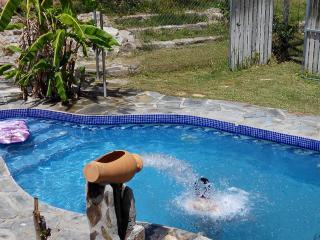 Casa Celia con piscina con canon de agua para masaje. A 5 minutos playa.