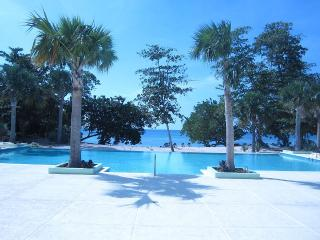CHARMING 2 BEDROOM HOME: 3 BEDS, SLEEPS 1-5, 24hr SECURITY, PRIVATE POOL & BEACH