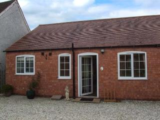 3 SHIRLEY FARM, shared lawned garden, barn conversion, WiFi, Coventry, Ref 936322