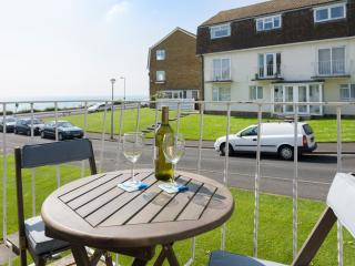 Seafront Holiday Flat with Balcony and sea views
