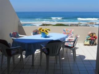 Modern and Popular Beachfront Holiday Apartment, Manaba Beach
