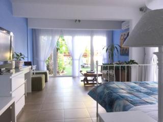 """""""Theo's Garden"""" 1Bdr Apt Suite, Limassol"""
