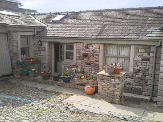 COURTYARD COTTAGE, WiFi, lawned garden, fantastic walking base, Kendal, Ref 2683