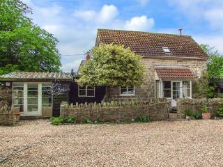 THE COACH HOUSE, detached, woodburner, pet-friendly, use of swimming pool, in Wa
