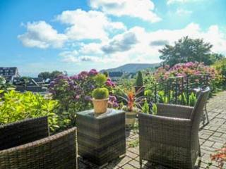 PEBBLES, ground floor apartment, en-suite, off road parking, sea views, in Lynton, Ref 933723