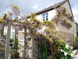 LANWI Cottage in St Austell, Grampound