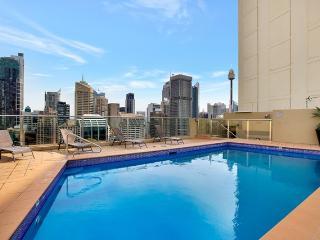 1405. Hyde Park Top Floor City Apartment