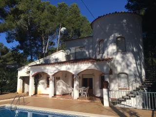 4 Bedroom Villa with pool 15 min walk from the sea