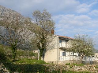 Villa Emma, Omis