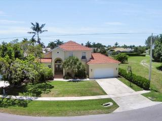 4 BEDROOMS, POOL, WATERFRONT, WALKING DISTANCE TO BEACH!