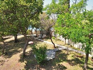 Minni villa by the beach ..big yard, Petrcane