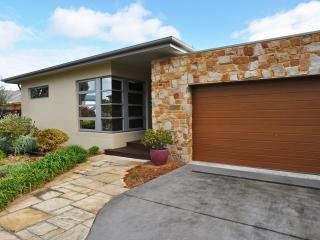 REGATTA RETREAT - STUNNING, PET FRIENDLY HOME WITH PRIVATE SAUNA!, Inverloch