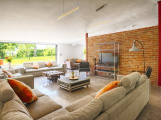 Huge Lounge with Sonos surround sound and bifolds