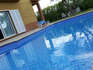 Casa con gran piscina y jardín a 3 Kms de la playa
