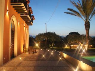 Veduta notturna della villa 'Il dono di Atena'.