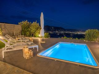 Azzurro Bianco Suite 2 with private pool, Parikia