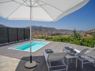 Azzurro Bianco Suite 1 with private pool, Parikia