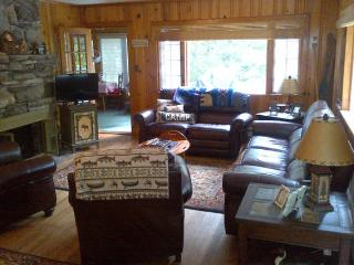 Cabin with private beach, classic Lake George 2BR, Diamond Point