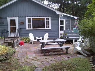 Cabin with private beach, classic Lake George 2BR