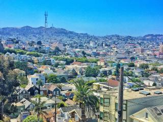 2BR Apt on beautiful hilltop, easy street parking