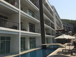 Lovely 2 Bedroom condo with pool and gym in resort