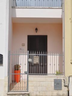 prospetto dell'ingresso, con piccola veranda coperta.