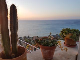 Triple room balcony sea view 2mins beach & center, Tropea