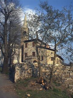 Poche case intorno alla Chiesa