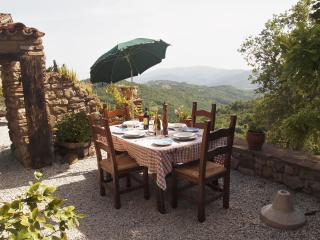 Secluded, relaxing hilltop cottage view and pool, Montelovesco