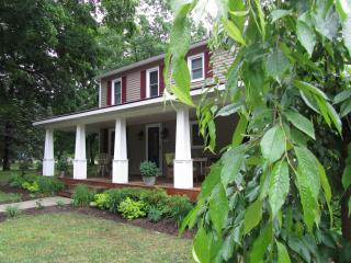 Heartland House - spacious 2 acres near downtown, Saugatuck