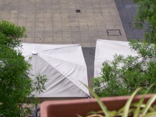 Uno de los dos balcones que tiene la vivienda, cafetería con terraza en la plaza.