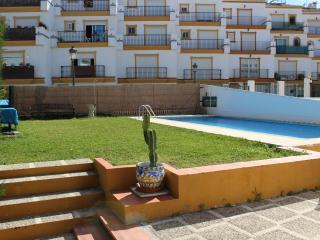 Casa adosada con piscina en centro de Estepona